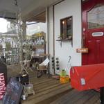 79951808 - 店舗前・赤いドアがかわいいですし、ディスプレイもいい感じ