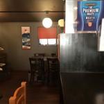 メンチカツバーガー屋 三茄子 - 奥はテーブル席が、ちょこっと