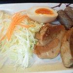 尾道ラーメン 尾道十八番 - 豚角煮と蒟蒻煮、煮玉子、キャベツを皿盛