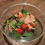 れんこん - 季節の果物とハーブ、生ハムのサラダ 780円