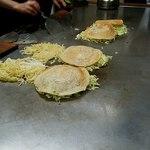 広島風お好み焼き さっちゃん - 生地とキャベツを焼く