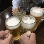 ちょもらんま - 生ビールで乾杯! ※ちょい人待ちだったんで、泡は消えてます