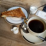 ジゅんベリーCafe - サービスモーニングには「ハーフサイズの小倉サンド」と「ヨーグルト」が付きます