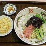 中華料理 キンヨウ - ジャージャー冷麺に、小炒飯とザーサイが付いています