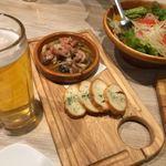まるごと肉酒場 g (グラム) - 鶏ハラミとキノコのアヒージョ、右がジェノベーゼサラダ(食べかけです。すみません)