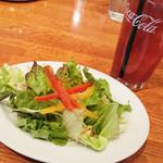 79984585 - セットサラダとドリンク(300円税込)。アイスティーのグラスがでかい。サラダも量多め。
