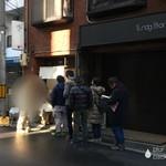らーめん颯人 - 店の外観 ※行列は約10名、まだ短い方らしい
