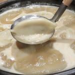 元気が出る居酒屋よだれ屋 - 濃厚鶏白湯スープの炊き餃子。