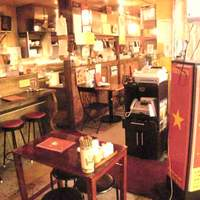 チョップスティックス - 店の前は創業60年の乾物屋。煮干や豆などが並びます。