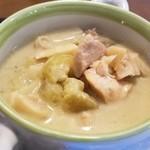 サバァイ - 具は鶏肉・じゃがいも・キャベツ・タケノコなどなどの緑カレー