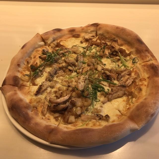カリフォルニア・ピザ・キッチン ラゾーナ川崎店 - ロースト ガーリックチキンのピザ。 税抜1780円。 美味し。