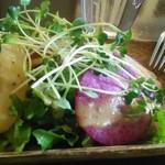 洋風酒場 アネモネ - 前菜の紅しぐれ大根とふろふき大根のみそだれドレッシング。野菜が高騰の時期に贅沢なサラダ。