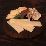 スペイン料理 3BEBES - スペインチーズ3種700円
