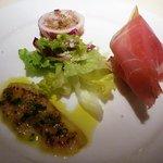 8001040 - 前菜・・・鯛のカルパッチョ、生ハム、烏賊の中にバルサミコで味付けしたライスがはいっているもの