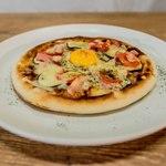カフェアンドバー ブルーメ - 具だくさんのトマトソースピザ