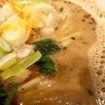 舎鈴 - 白ごまベーススープには黒ゴマと花椒