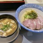 麺処 ぐり虎 - つけ麺チャーシュー中盛  熱々のつけ汁には角切りチャーシューも沈んでました