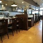 麺処田ぶし - 店内、ボックス席あり