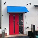 ネオビストロアンドバー トリノ - 赤いドアが目印