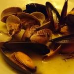 ラヴァーズロック 町田店 - あさりとムール貝のワイン蒸し さすが名物、身もスープも最高においしいです。
