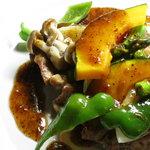 ホップ&ホップス - 鶏肉と野菜のソテー醤油ガーリックソース¥880