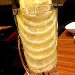 旨唐揚げと居酒メシ ミライザカ 西日暮里駅前店 - カチカチに凍ったレモンタワーなレモンサワー\299