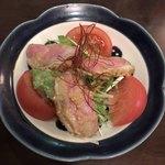 佳酒旬肴 のすけ - 鴨肉のトマトのサラダ