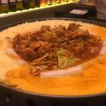 コリアンキッチン ネスタル - チーズタッカルビ (火をつけてチーズが溶けた後)