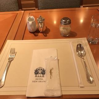 ホテルニューグランド - ザ・カフェの食事の用意。