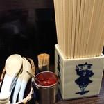 80037456 - 薬味は赤唐辛子のみ!陶器製の箸立てが素敵。