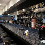 Lian - 店内の雰囲気はこんな感じ。夜はオシャレなバーだけど、昼間はランチを提供している形態のお店ですね。青を基調としていて、統一感・清潔感がありました。