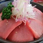 みなと市場 小松鮪専門店 - 「世界最北の黒まぐろ中トロ丼」