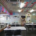 鶴亀屋食堂 - 個性的な店内