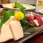 熊本Dining Kitchen 馬刺し 居酒屋 - 左から コウネ(たてがみ) 650円 フタエゴ(お腹の肉) 750円