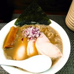 麺や 睡蓮 - 料理写真:【限定】ギンギラ魚介と鶏白湯 900円(税込) とてもしっとりとした厚みのある鶏チャーシューが3枚、材木みたいな太いメンマが3本、赤玉葱の刻み、海苔。塩だれ。