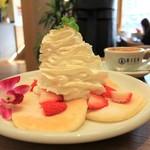 RICH - たっぷりクリームのストロベリーパンケーキ 780円
