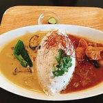 パサル キッチン - チキンとココナッツのタイ風グリーンカレー&きまぐれカレー(本日はチキン)の2種盛りカレー