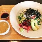 パサル キッチン - 本日の鮮魚(真鯛)とアボカドの香味どんぶり