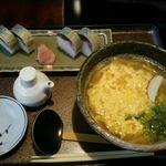しる万 - 玉子とじうどん600円(税別)と鯖の棒寿司(半分)800円(税別)