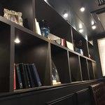 星乃珈琲店 - 書棚もあり、落ち着いています