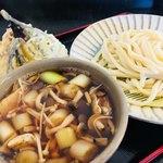 製麺練場 風布うどん - きのこ汁並盛に天ぷら盛り合わせ。