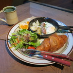 BERTH COFFEE - モーニングセット:クロワッサン、目玉焼きとソーセージ じゃがいものスキレット、グリーンサラダ、オレンジ&本日のクイックブリューコーヒー(オニバスコーヒー エチオピア)
