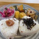 80094654 - おにぎりは雑穀米を使ったおにぎりに梅干しと昆布がトッピング。                                              おかずは玉子焼きと根菜を使った煮物が添えられてました。