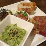 Alvino - 前菜(飴色玉葱ポテトサラダ酒盗のせ・真牡蛎の生海苔クリームグラタン・ピクルス・レバーペーストバゲット添え)