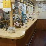 山田酒類販売 - 店内はウッディで広々!