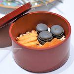 Grand rocher - ラムレーズン入りチーズサブレ 竹炭のマカロン、チョコクリーム、 アプリコットのパート・ド・フリュイ