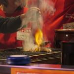 肉のヤマキ商店 - 炭火焼肉調理中