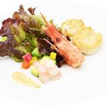 ビッグ・ジョー - 2月のオードブルは『ボタン海老とホタテ貝柱のサラダ仕立て』500円(税込)ボタン海老はアボカド等の野菜と一緒に白味噌ベースのソースをつけてご賞味ください。カリッと揚げたホタテ貝柱はマッシュルームソースをかけたマッシュポテトと一緒に食感をお楽しみ下さい。