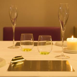 全席シェフズテーブルで、ガストロノミックな料理をカジュアルに