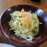 世界のハンバーグ曲角 - サラダはキャベツが中心のオーソドックスなグリーンサラダです